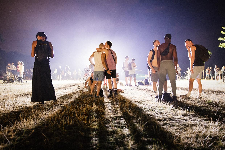 Openluchtfeest in het Berlijnse park Hasenheide zaterdagnacht. De Duitse politie probeerde tevergeefs de 1,5-meterrichtlijn te handhaven. Beeld Daniel Rosenthal / de Volkskrant