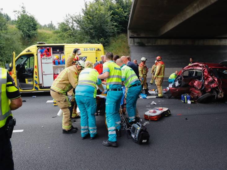 Een dode en twee mensen zwaargewond bij ongeluk op A50 bij Eindhoven, weg weer vrij