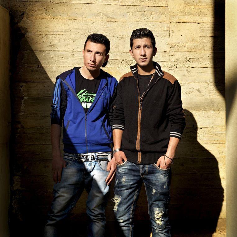 Wassim (links) en zijn neef Shabi wonen bij familie in Beiroet. Beeld Marieke van der Velden