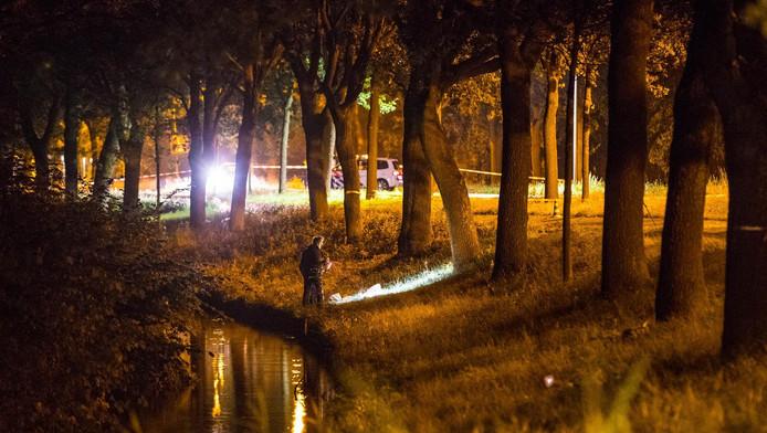 Politie doet onderzoek op de plek waar het meisje van haar fiets werd getrokken