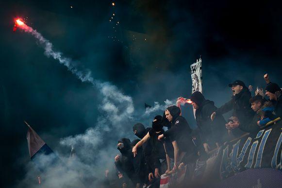Club Brugge-supporters met vuurpijlen tijdens de derby.