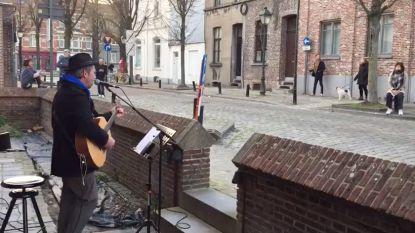 De Deurzangers geven elke avond een concert in  Edmond Boonenstraat