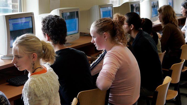 Tieners zitten uren in schoolbanken. Met een beetje geluk buigen ze zich thuis over hun huiswerk. Beeld anp