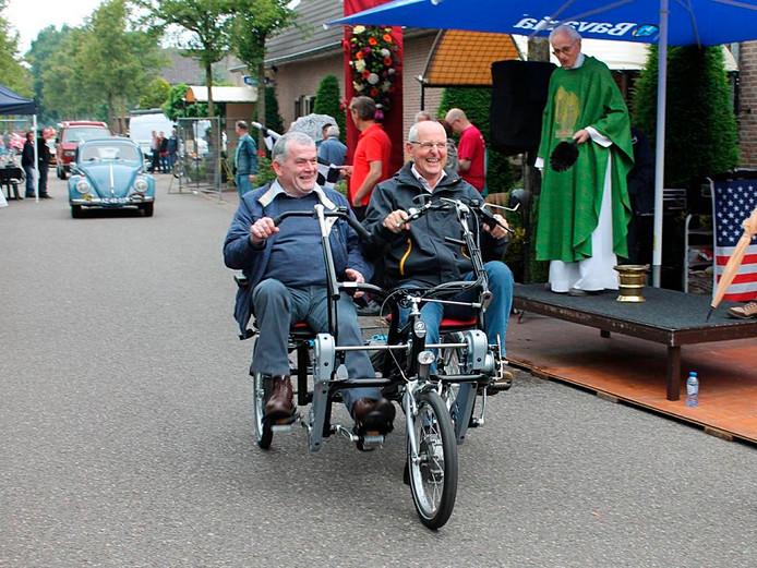 Wethouder Riny van Rinsum (r) nam een jaar geleden de duofiets in Zijtaart feestelijk in gebruik