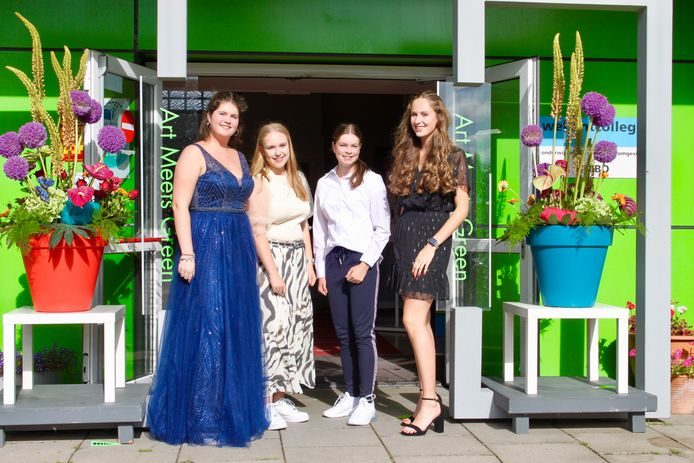 Van links naar rechts: geslaagden Amber, Fabienne, Anouk en Iris