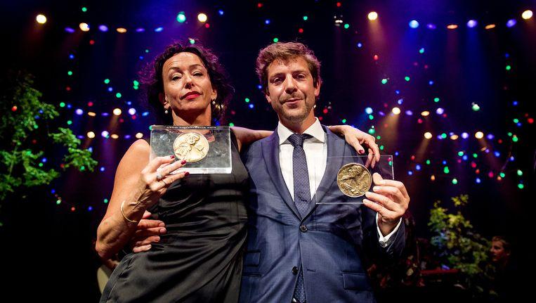 Ramsey Nasr met de Louis d'Or voor de beste mannelijke hoofdrol en Marieke Heebink met de Theo d'Or voor de beste vrouwelijke hoofdrol tijdens de uitreiking van de VSCD toneelprijzen in de Stadsschouwburg. Beeld anp