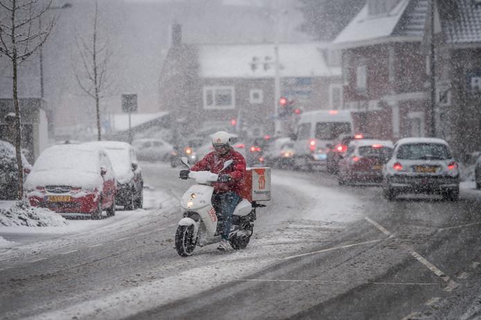 Niet voor iedereen is het winterse weer aangenaam, bijvoorbeeld voor deze bezorger in Enschede