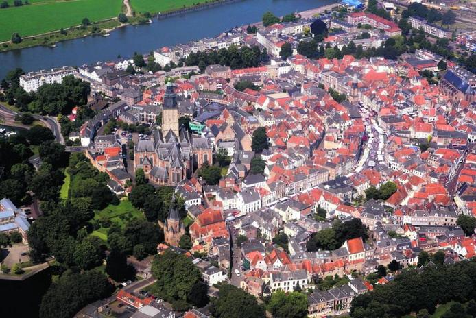 De Walburgiskerk bepaalt het stadsgezicht van Zutphen uit de lucht.