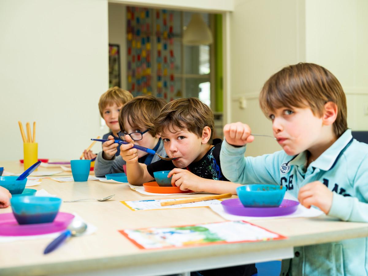Bij bso Les Petits eten ze met spelletjes. De soep gaat erin als eh... koek.