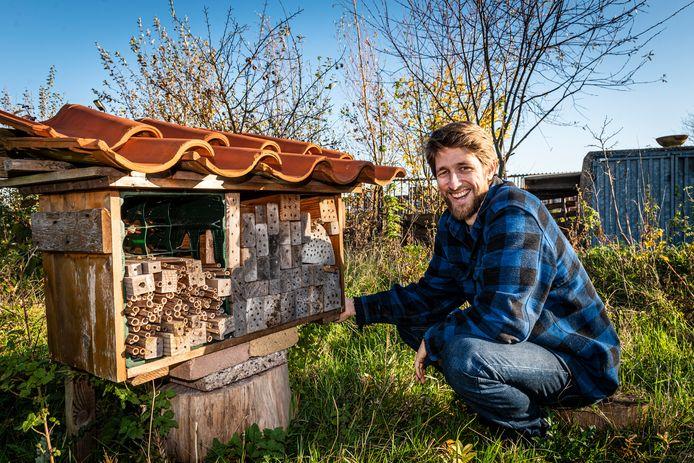Joost den Houdijker bij een insectenhotel in voedselpark Gnephoek. Joost verwacht dat de stadstuin binnenkort moet wijken voor nieuwe woningen.