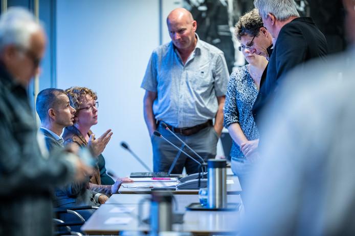 Verantwoordelijk bestuurder Jorik Huizinga (links)  tijdens de raadsvergadering in Doetinchem.