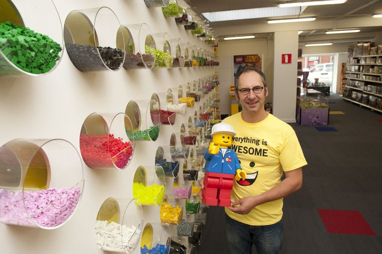 Eric De Bachere in zijn winkel 'Brick Planet', een paradijs van 700 vierkante meter voor jonge én oudere Legoliefhebbers.