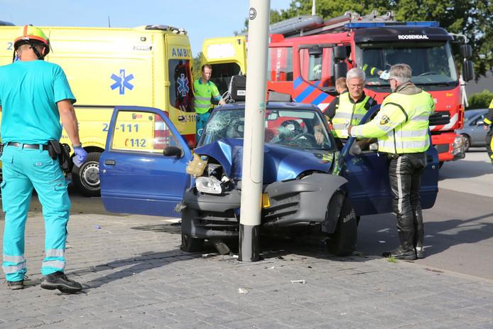 Automobiliste rijdt tegen lantaarnpaal in Roosendaal.