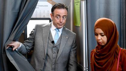 Bart De Wever brengt stem uit... en is even zijn vrouw kwijt