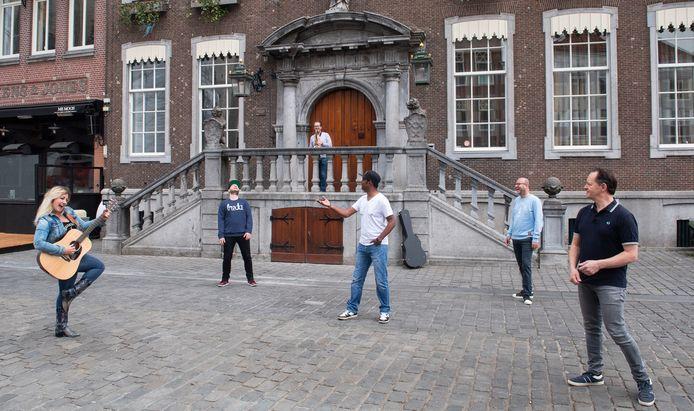 """Een aantal jonge Bredase artiesten heeft de handen ineen geslagen en onder de naam Nul-7-Zes een nummer gemaakt om Bredanaars een hart onder riem te steken, getiteld """"'Parel van het Zuiden""""."""