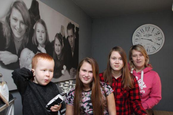 Petra Bogaert met haar kinderen Khyliano, Kynesha en Charity voor de familiefoto met Frederic Lazaron.