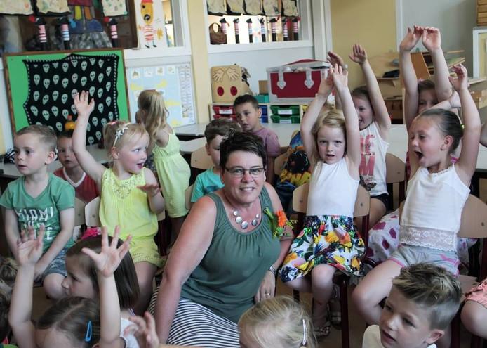 Juf Elly Meekel verlaat de Martinusschool, na 24 jaar trouwe dienst. De kinderen juichen haar nog één keer luidkeels toe. foto gerard van offeren/pix4profs