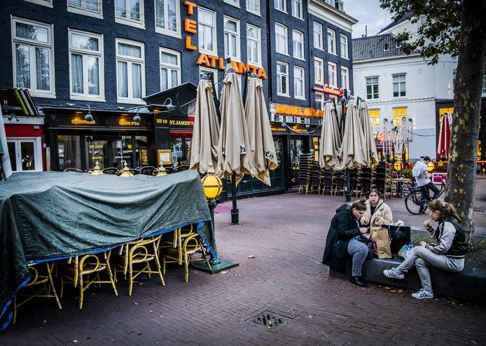 Gesloten horecagelegenheden aan het Rembrandtplein in Amsterdam.