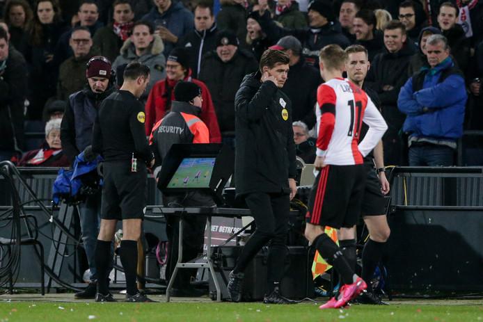 Bas Nijhuis wordt door de VAR naar de kant geroepen tijdens Feyenoord - Fortuna Sittard.