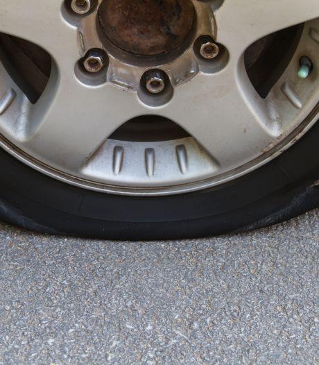 Banden van acht auto's lek gestoken in Papendrecht, politie zoekt getuigen