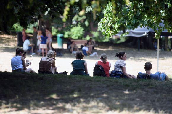 De schaduw in het stadspark was een populaire bestemming.