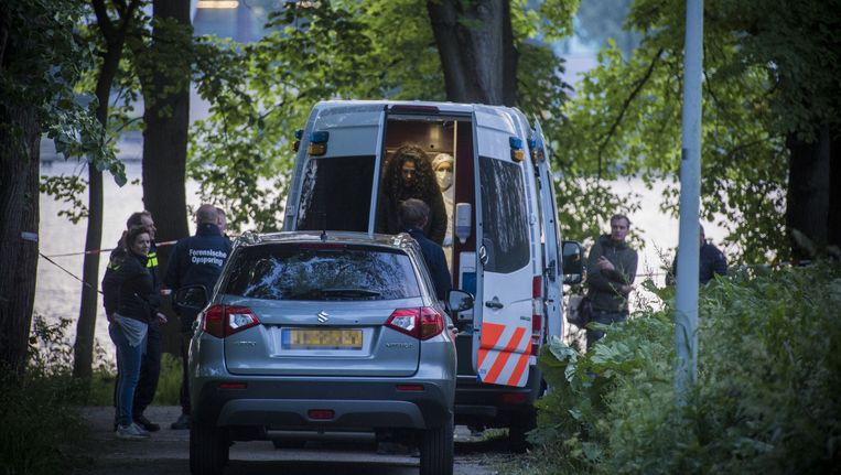 De politie doet uitgebreid onderzoek bij de Sloterplas. Beeld Maarten Brante