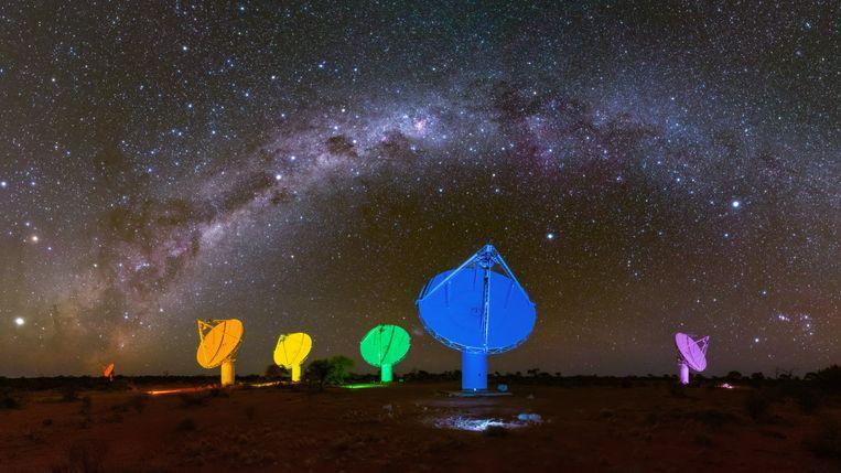 De melkweg boven 6 van de 36 antennes van de Australian Square Kilometre Array Pathfinder (ASKAP) in de West-Australische outback, al een voorbereiding op SKA.
