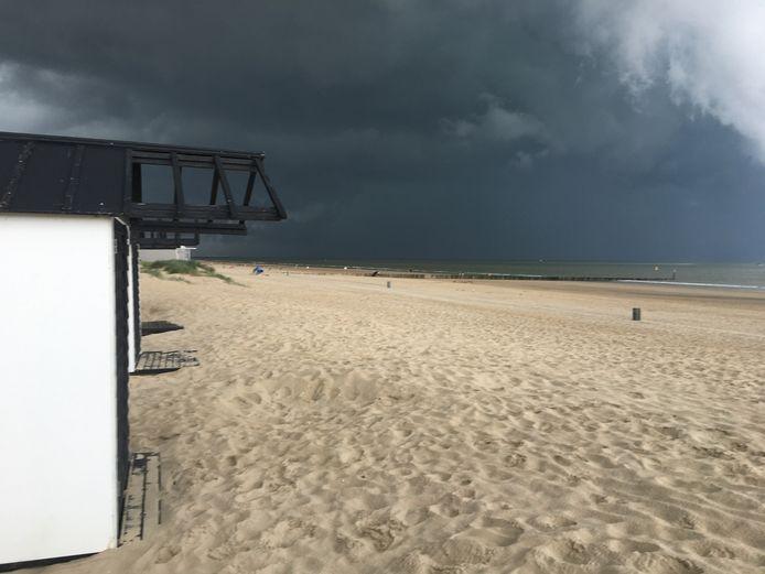 Ook aan de Zeeuws-Vlaamse kust werd het aan flink aantal tintjes donkerder. Deze foto is gemaakt bij Cadzand.