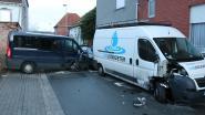 Carnavalisten richten ravage aan met bestelwagen: drie wagens geraakt, gevel loopt zware schade op