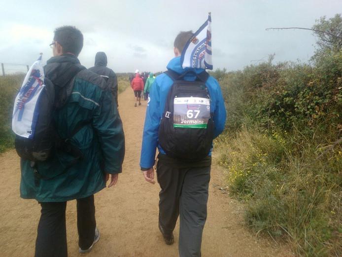 Wandelaars onderweg naar Zoutelande.