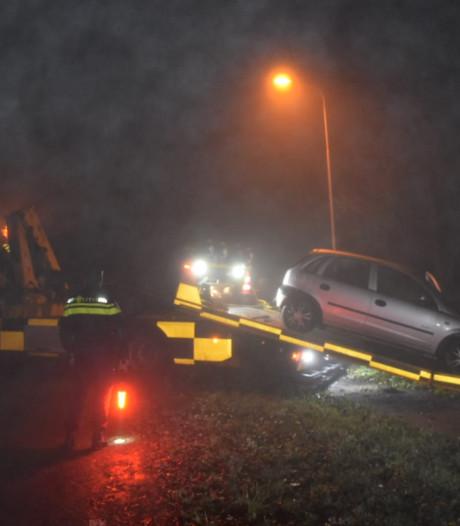 Auto raakt in mist van de weg in Huissen