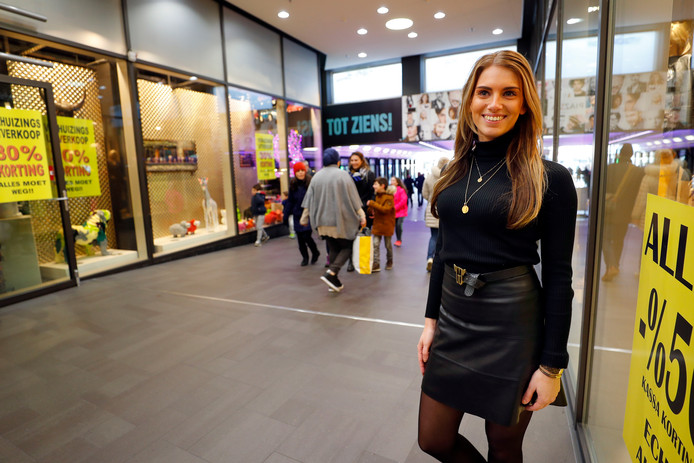 Naomi van Doren voor de nieuwe winkel.