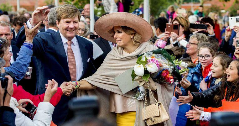 De Nederlandse koning Willem-Alexander en koningin Maxima worden toegejuicht in Sas-van-Gent. Het vorstenpaar mocht gisteren de Sluiskiltunnel officieel openen en bezocht ook een aantal gemeenten in Zeeuws-Vlaanderen.