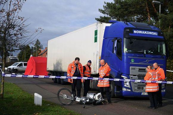 Agenten inspecteren de fiets van de 76-jarige vrouw uit Rotselaar. Zij werd niet opgemerkt aan de rotonde.