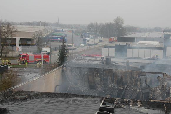 Een groot deel van het dak van het bedrijf stortte in.