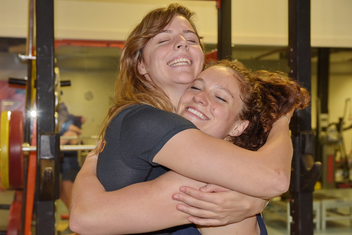 Ruby Huisman (links) wordt geknuffeld door teamgenote Judy Blaauw, die blij is haar weer te zien na de crash in Frankrijk.