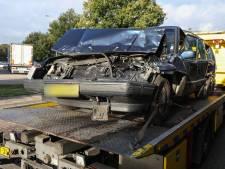 Klem tussen twee vrachtwagens op A12: stevige auto redt automobiliste