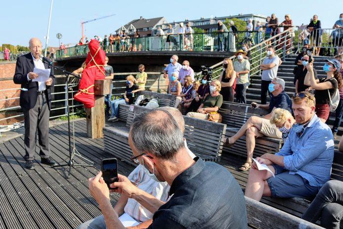 Oud-gouverneur Herman Balthazar (links) tijdens zijn speech. Rechts vooraan: schepen van Mobiliteit Filip Watteeuw, ook een bewoner van de Machariuswijk.