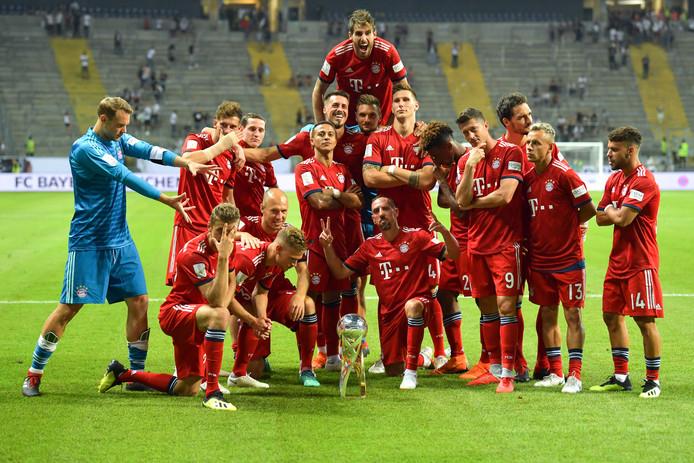 De spelers van Bayern München poseren na het winnen van de Duitse Supercup.