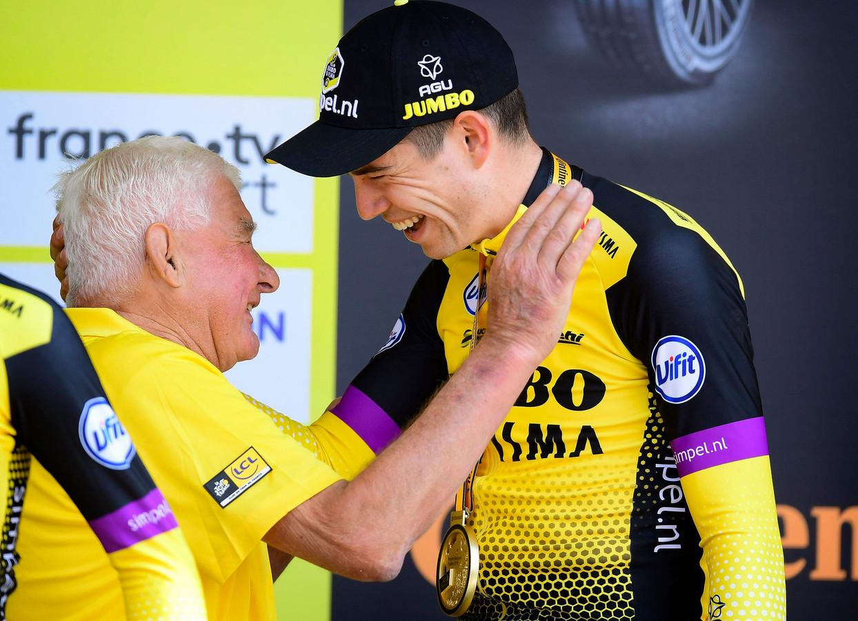 Raymond Poulidor feliciteerde Wout van Aert met de door zijn ploeg gewonnen ploegentijdrit in de Tour de France.