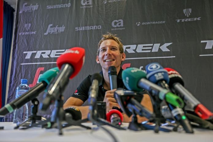Bauke Mollema tijdens de persconferentie op de tweede rustdag in de Tour.