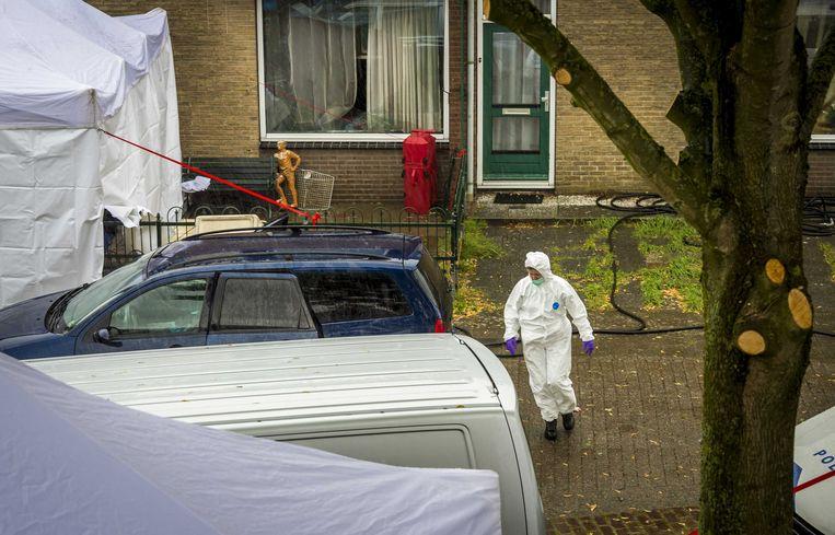 Onderzoek bij een woning aan de Cremerstraat in Papendrecht waar bij een grote brand 4 doden gevallen zijn.