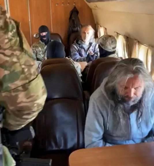 Russische veiligheidstroepen transporteren de sekteleiders vanuit de Siberische plaats Krasnoyarsk.