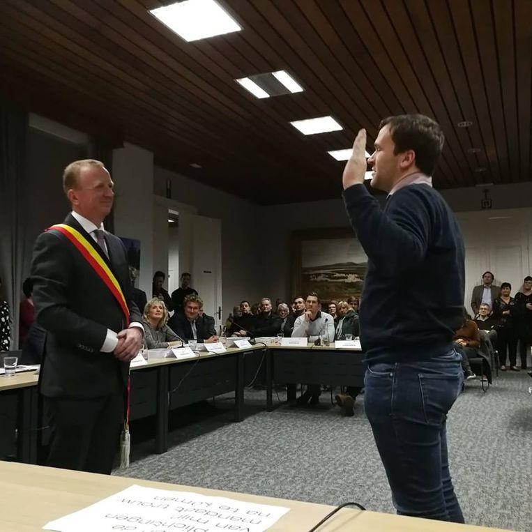 Wouter Vanden Bergh van Open Vld legt de eed af bij burgemeester en voorzitter Lukas Jacobs.