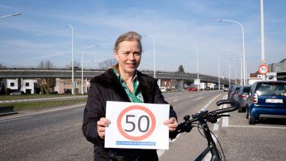 """Zemstse mama vraagt al 15 jaar om oplossing voor moordstrookjes Brusselsesteenweg in Mechelen : """"Voer zone 50 in, onze kinderen fietsen hier"""""""