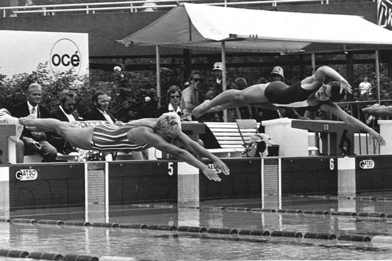 Hansje Bunschoten (voorgrond) op de nationale zwemkampioenschappen van 1972. Beeld ANP