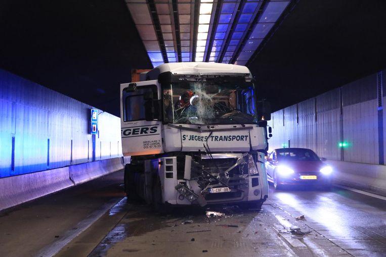 Een van de vrachtwagens in de Beverentunnel.