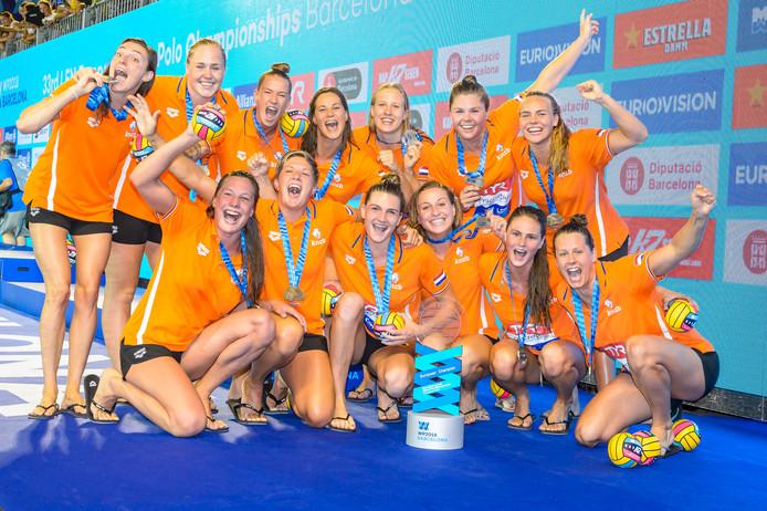 De Nederlandse waterpolosters vieren de Europese titel van afgelopen zomer in Barcelona.