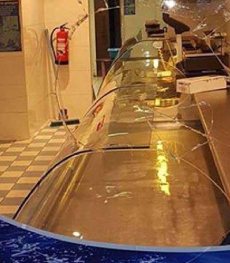 Eigenaar bekogelde viswinkel looft 500 euro tipgeld uit