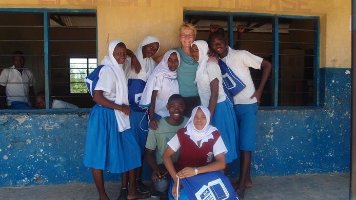 Bestuurssecretaris Marlies Bles tussen de scholieren van de Mwereni Primary School in het Kwale district ten zuiden van Mombasa. Toen ze hoorde dat er behoefte was aan een bibliotheek, zorgde de stichting ervoor dat die er kwam.